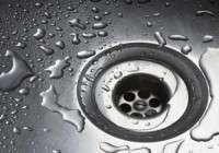 Prodotti per pulire il calcare e le goccioline del box doccia in bagno