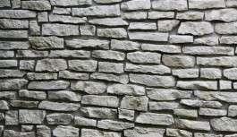 Parete in pietra in soggiorno o camera da letto per spezzare l'ambiente