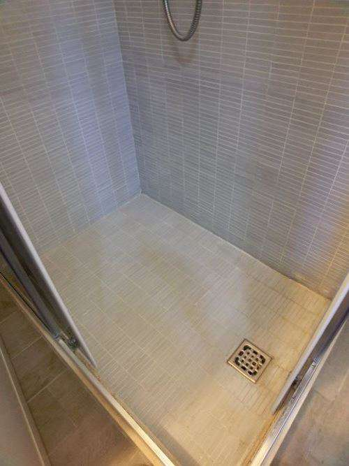 Come pulire piatto doccia mosaico fughe bianche pavimento - Pulire fughe piastrelle da olio ...