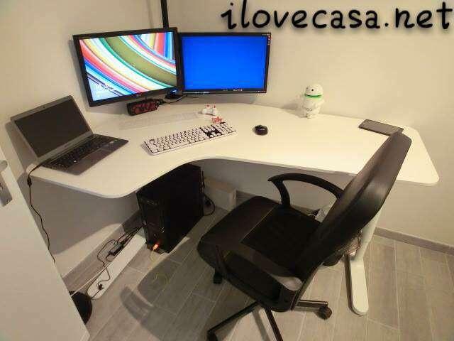 Postazione pc scrivania poltrona ikea e supporto multi monitor da tavolo i love casa - Tavolo computer ikea ...