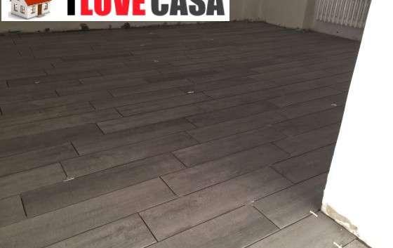 Pavimenti moderni gres effetto legno salotto moderno e colorato