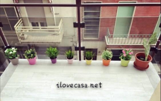 Come arredare terrazzo piccolo con piante accessori erba piastrelle
